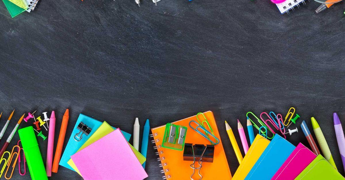 2 hàng đồ dùng học tập đầy màu sắc nằm trên bảng đen phấn