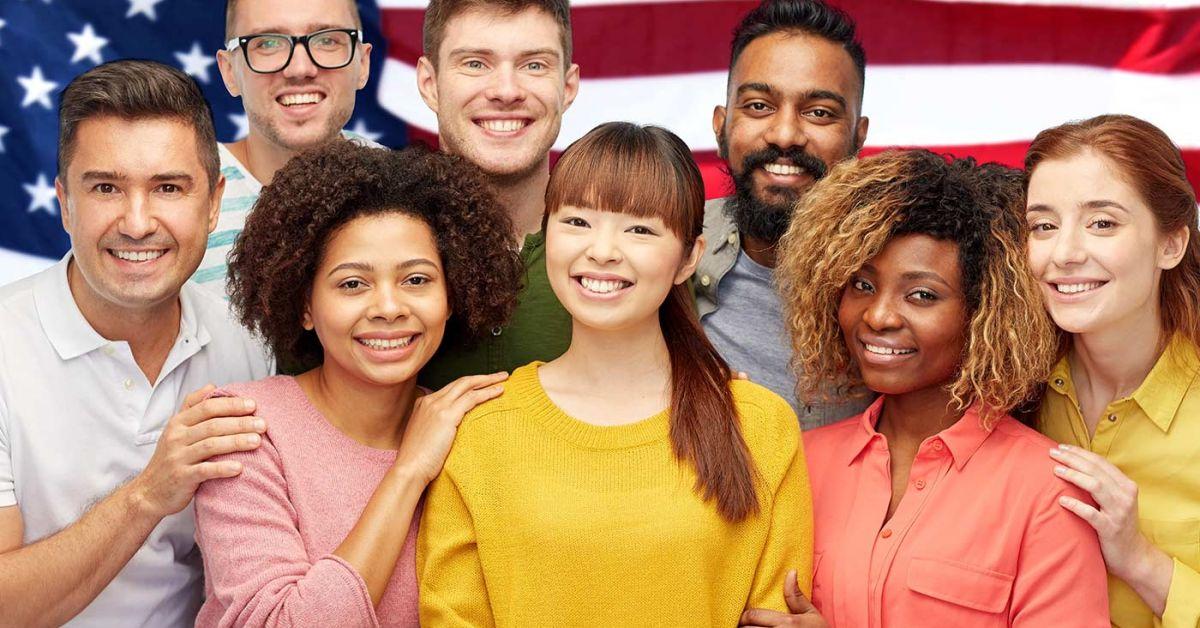 Ocho nuevos ciudadanos posan ante la bandera estadounidense.