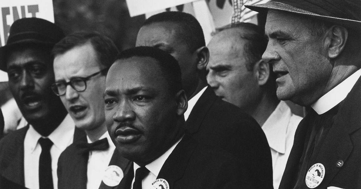 Dr. Martin Luther King, Jr.y Matthew Ahmann, en una multitud en la Marcha por los derechos civiles de 1963 en Washington.