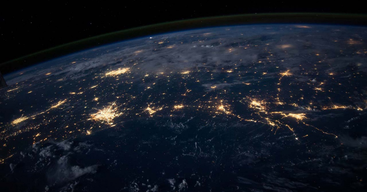 Venas de luz de ciudades de toda la Tierra vistas desde el espacio.