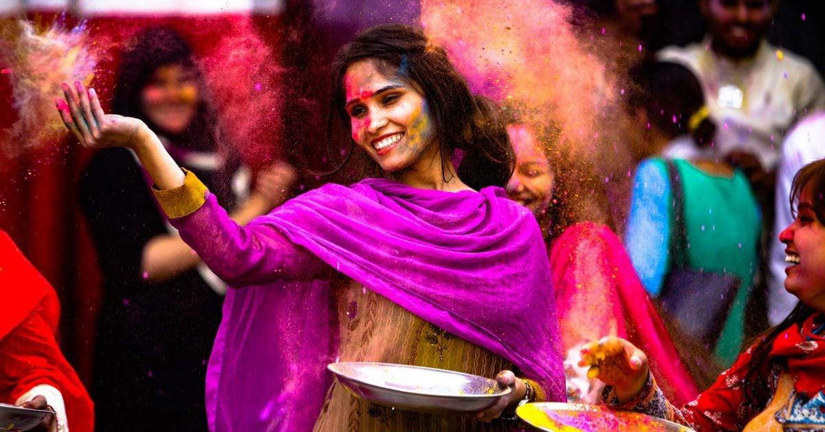 Bailarina y multitud en el festival indio Holi.