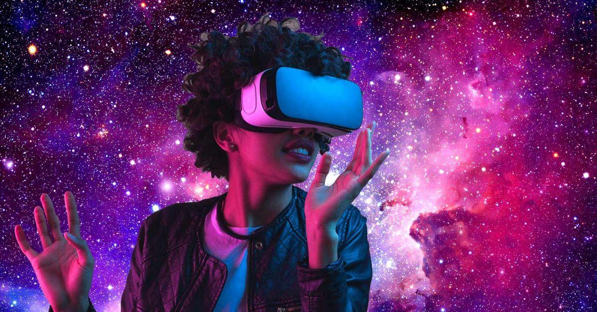 女人通過虛擬現實頭飾探索星系。