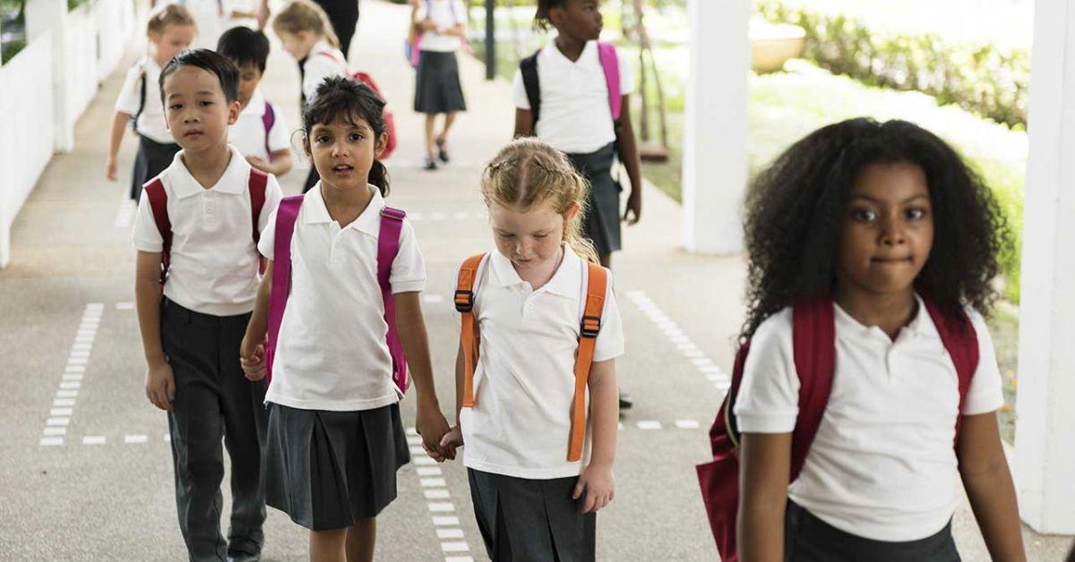 nhóm trẻ em đi bộ