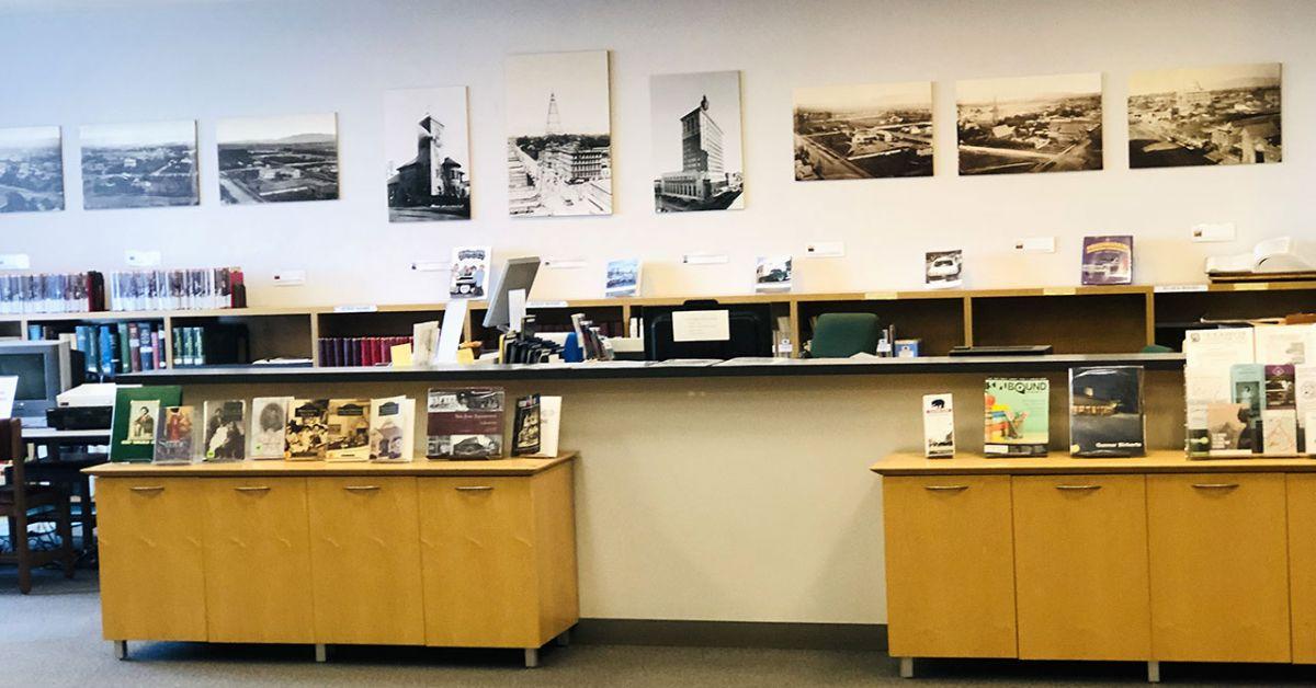 Bàn dịch vụ trong California Room được bao quanh bởi những bức ảnh lịch sử.
