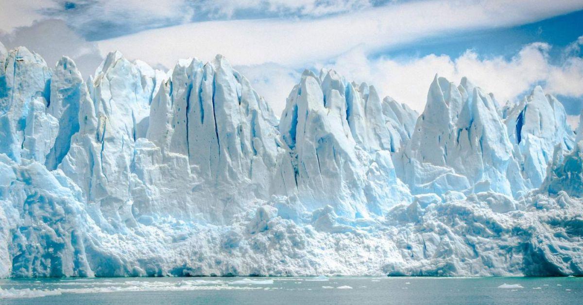 Icebergs contra un cielo nublado.