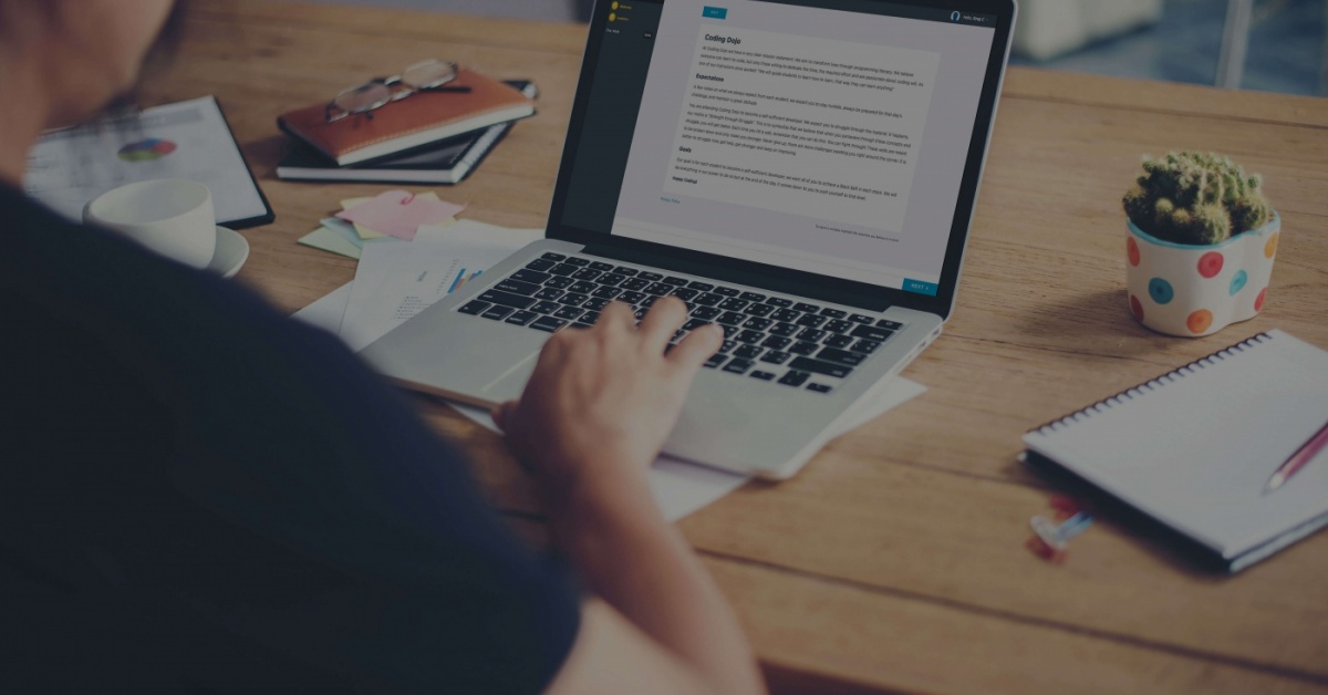 Persona trabajando en la computadora portátil en un escritorio