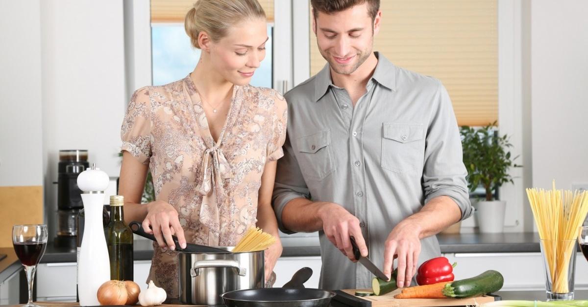 mujer y hombre cocinando