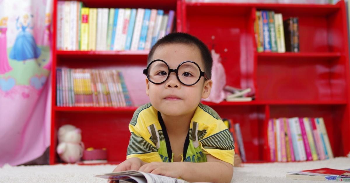 Adorable niño con un libro