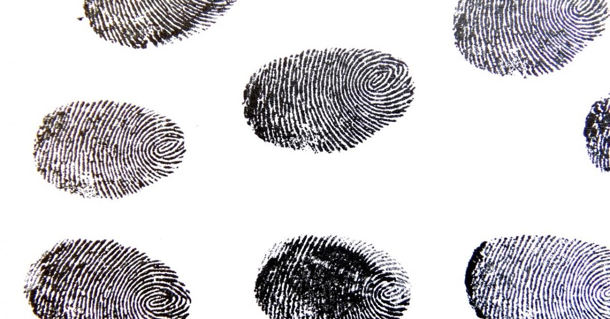 huellas digitales de tinta en blanco en un patrón repetitivo