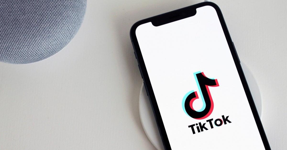 桌子上有Tiktok徽標的手機。