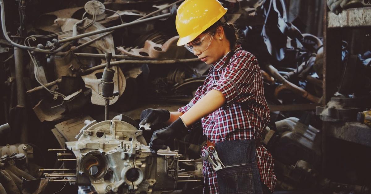 Mujer trabajando en un motor