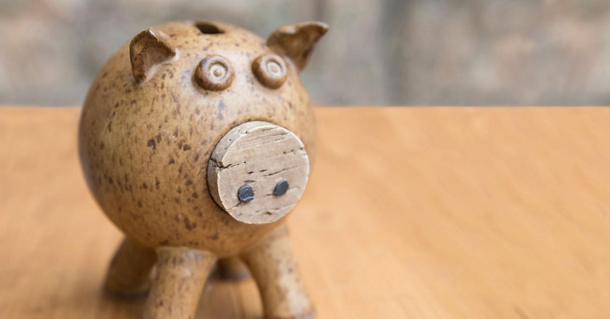 hucha de madera tallada