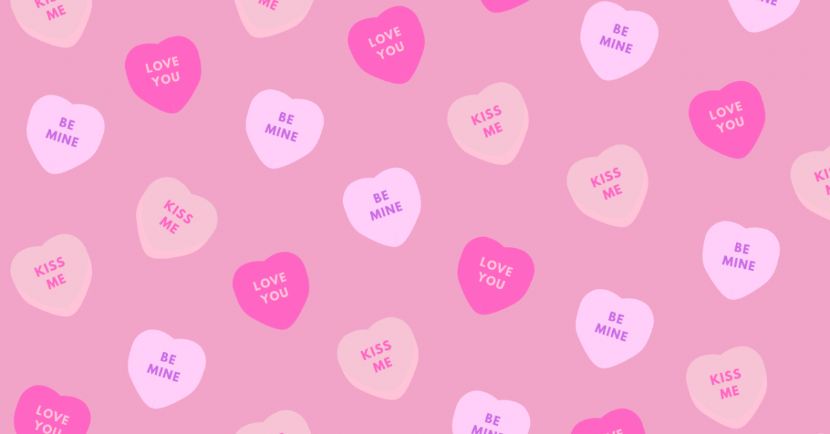 Corazones de caramelo rosa sobre un fondo rosa
