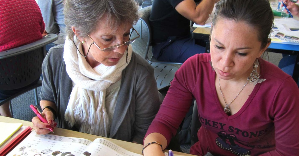 Dos estudiantes de Biblioteca Branch miran un diccionario visual.