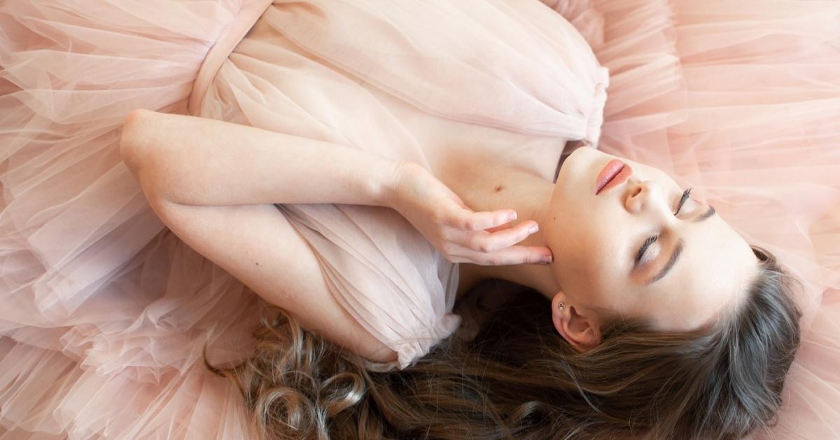 Chica en un vestido de fiesta rosa claro