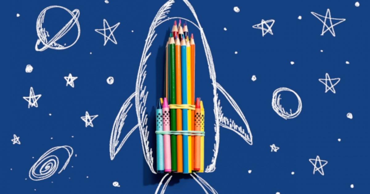 Cohete dibujado a mano y lápices de colores.