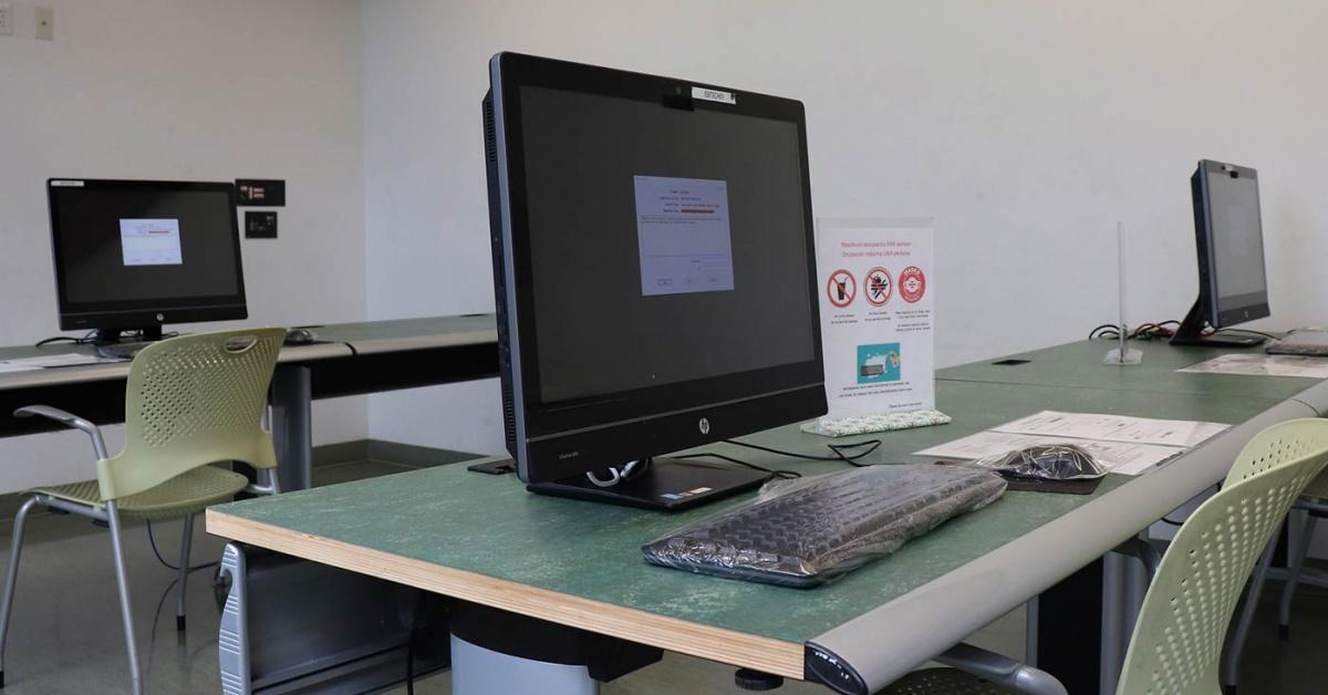 技術中心,書桌上有相距遙遠的計算機站。