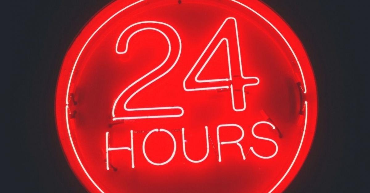 24 horas letrero de neón en rojo.