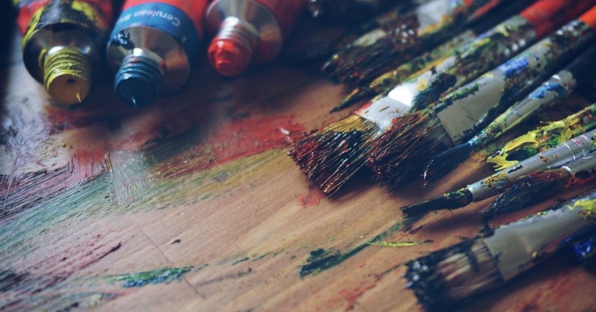 tubos de pintura y pinceles