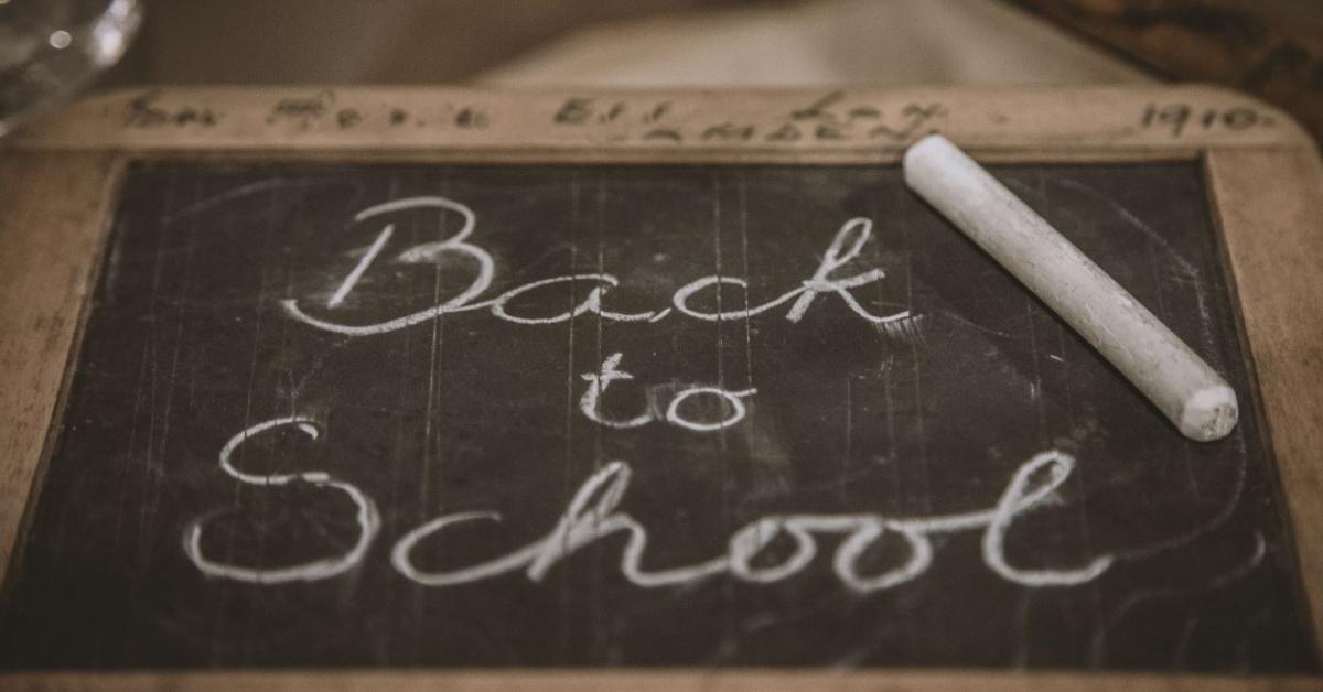 """pizarra de tiza vintage con la frase """"Regreso a la escuela"""" y 1 barra de tiza"""