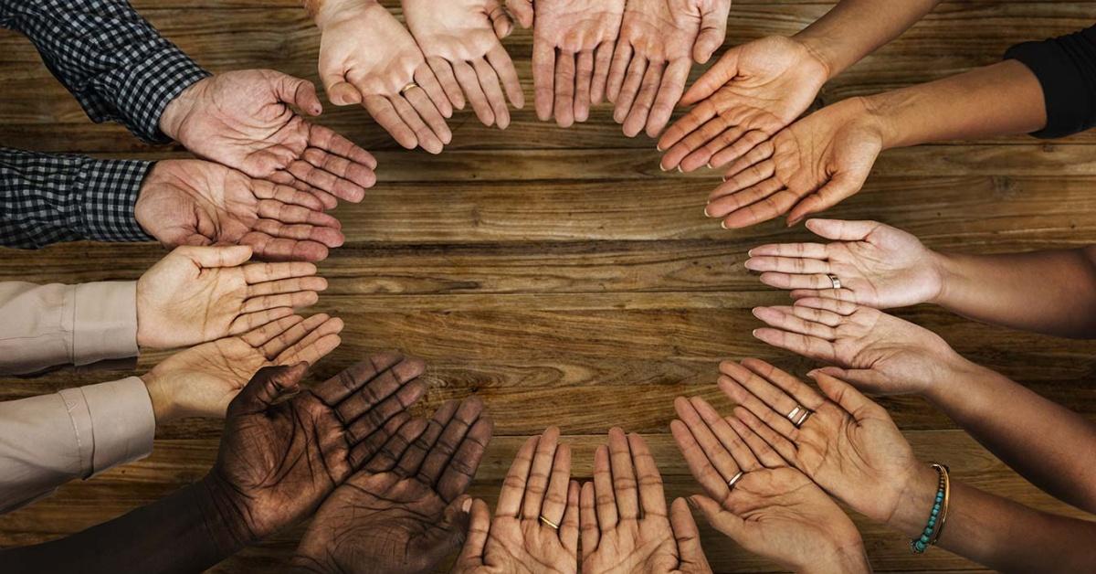 Círculo de manos levantadas.