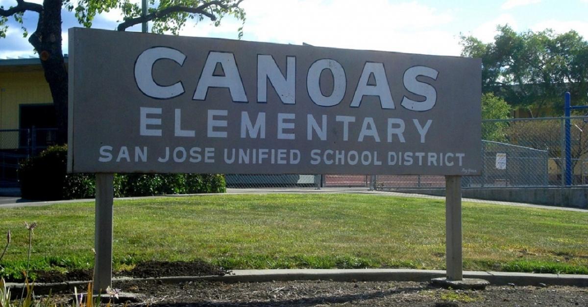 Imagen: El letrero en la entrada noreste original de Canoas Elementary. Foto de Ralph Pearce