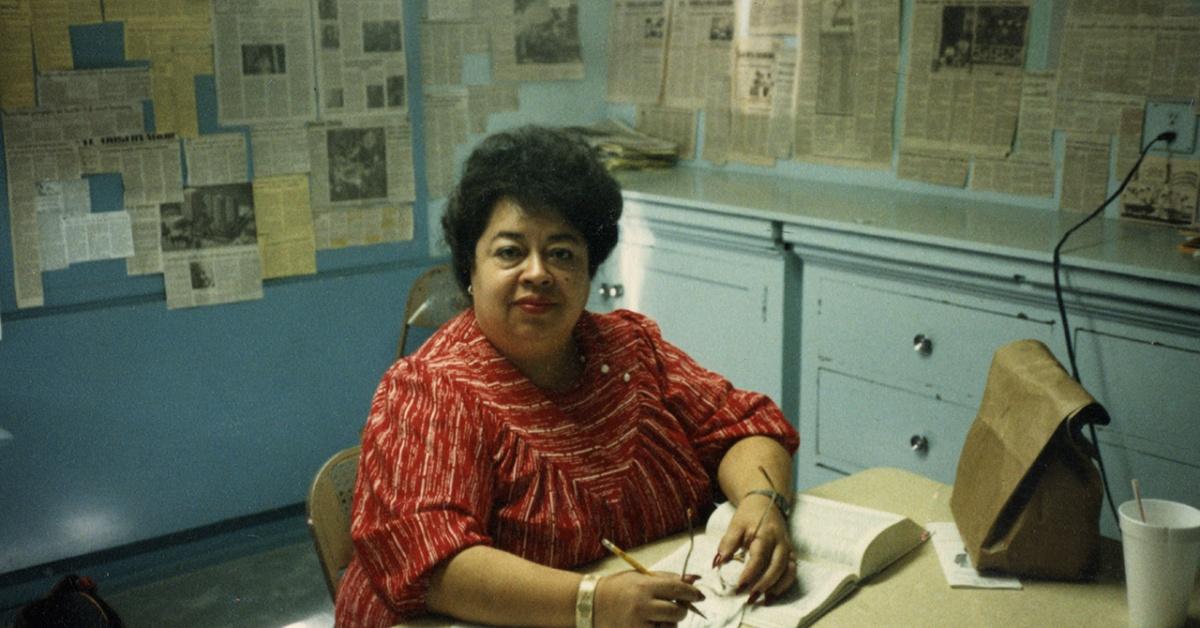 Sofia Mendoza sentada en el escritorio.