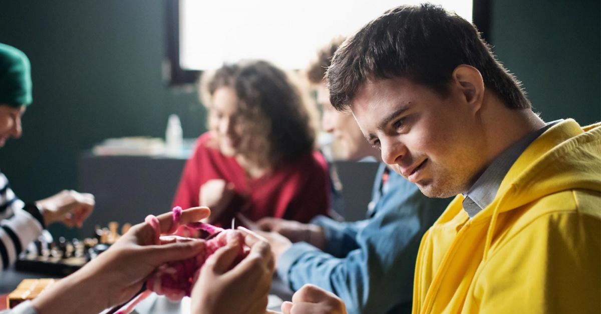 Participantes en un evento de manualidades para la inclusión de la discapacidad.
