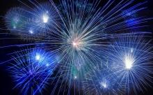Hình ảnh nhiều loại pháo hoa màu xanh trên bầu trời đêm