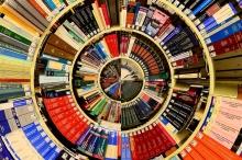 Sách trên kệ trong một mô hình tròn.