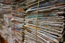 Imagen de pilas de periódicos atados con una cuerda